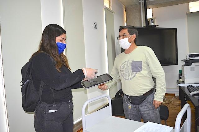 Universidad de Playa Ancha comenzó entrega de computadores, tablets y adaptadores de internet a sus estudiantes.